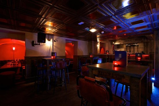 Circo Bar and Lounge: Accommodates a vibrant atmosphere