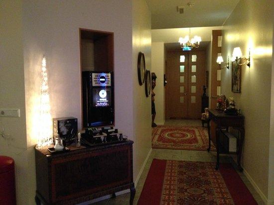 Hotel Berg: Hotel entrance & awesome coffee machine!