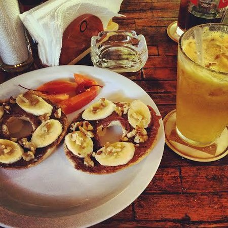Alegria Cafe Lounge: Nutella/banana/walnut bagel and passionfruit juice