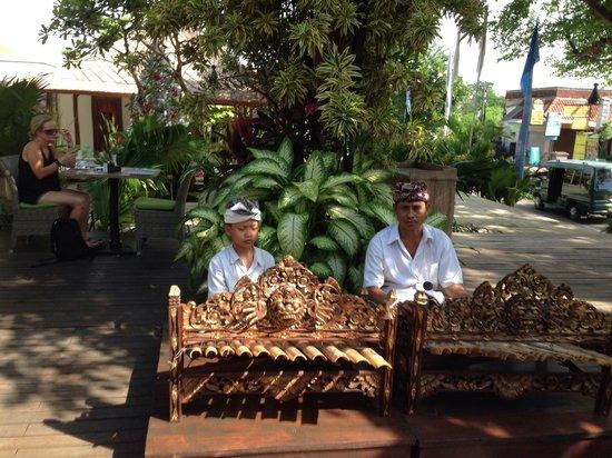 Sudamala Suites & Villas: 朝ご飯時の生演奏