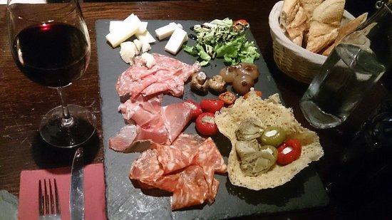 Bar Italia Brasserie : 宿泊したホテルの近くにこんなにおいそうなイタリアンがあったとは!ということで、トライするも全くはいれず、パリ最終日の22時にようやく予約がとれ、伺うことができました。 小さなバーのようなみせで