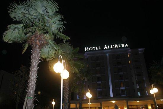 Hotel All'Alba : Вывеска на фоне чёрного-пречёрного осеннего неба)))