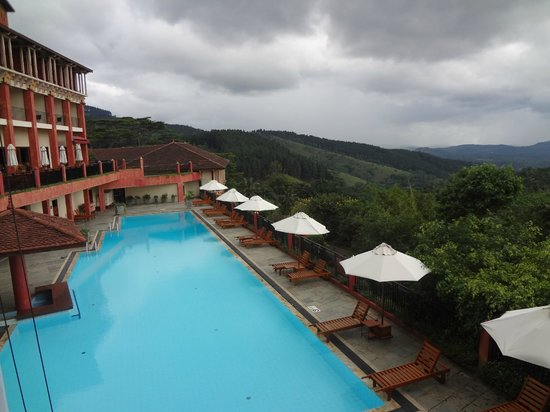 Amaya Hills : pool and hills