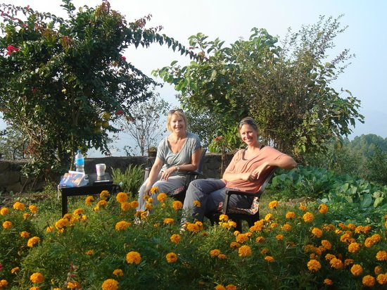 Tashi Delek Guest Lodge : Socializing in the garden