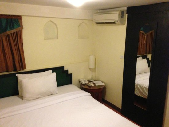 Imm Fusion Sukhumvit: bedroom. bathroom and toilet where the sliding door is