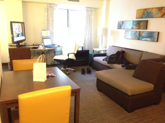 Residence Inn Washington, Dc/Dupont Circle: Living room on an studio, there are one bedrooms too.