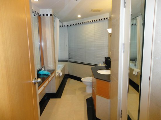 Jasmine City Hotel: Bathroom