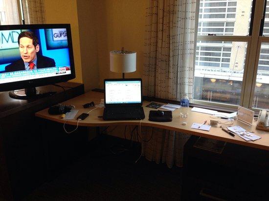 Residence Inn Washington, Dc/Dupont Circle: Desk and window