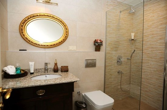 Dila Suites: Bathroom