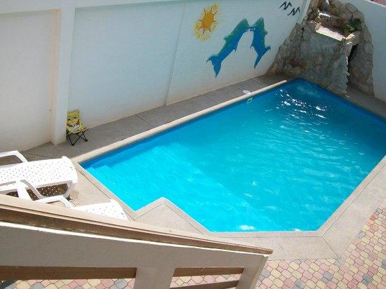 Hosteria Cabanas Casaplaya: piscina con cascada y luces