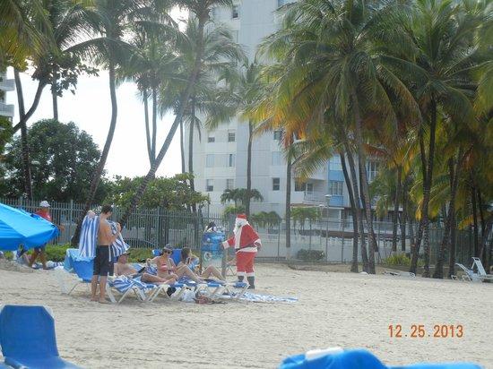 San Juan Water & Beach Club Hotel: Santa on the beach at WBC