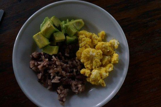 La Mariposa Spanish School and Eco Hotel: Breakfast - avocado, gallo pinto, super delicious egg
