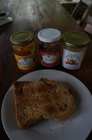 La Mariposa Spanish School and Eco Hotel : Breakfast - toast and local jam
