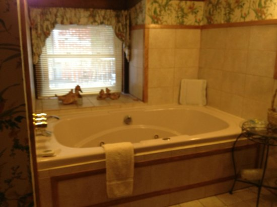 West Hill House B&B: Paris Suite jacuzzi tub - beautiful setting