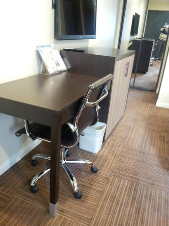Best Western Plus Glendale: Desk in the room