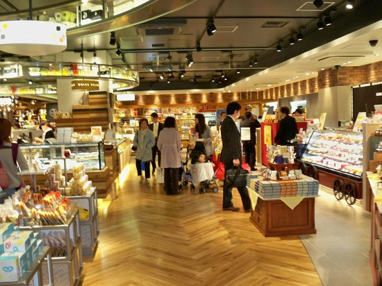 Tokyo Central Railway Station: Amazing shopping