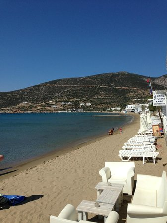 Gerani Sifnos Suites: Beach just across the road