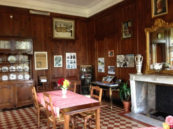 Chateau de Vouilly: Kitchen and historical picture display (a historians dream!)