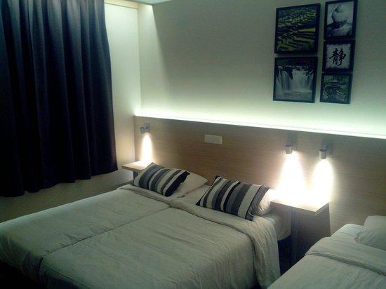 Univers Hotel & Brasserie : Chambre double lit