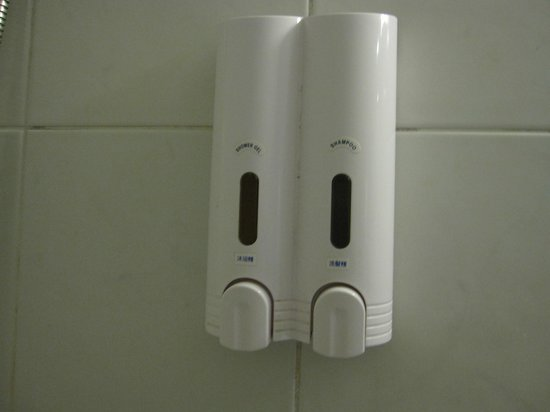Park City Hotel-Tamsui Taipei: Soap dispenser (and dirt in grout).