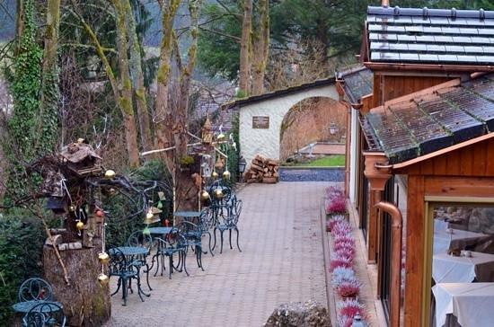 Hostellerie La Cheneaudiere - Relais & Chateaux: les arbres à oiseaux se succèdent