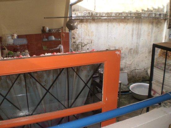 Bon Bon Guest House : du balcon avec lavabo on surplombe la cuisine!!!