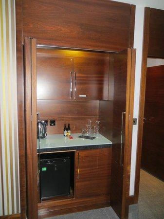 Rafayel on the Left Bank - Hotel & Spa: Mini Bar Area