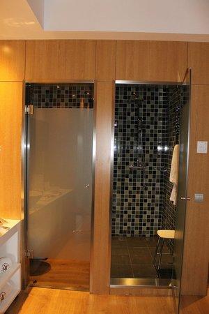 Hotel Catalonia Reina Victoria Wellness & Spa: Doccia e bagno separati