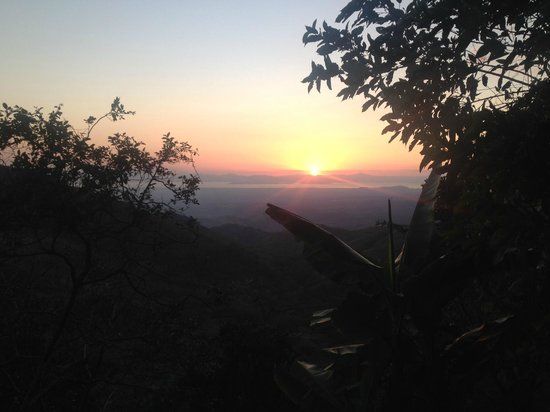 Adventure Park and Hotel Vista Golfo : A beautiful sunset while hiking thru the fruit orchard.