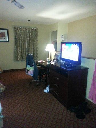 Rodeway Inn & Suites: TV/Desk/Dresser