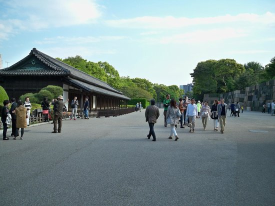 The East Gardens of the Imperial Palace (Edo Castle Ruin): Entering the grounds