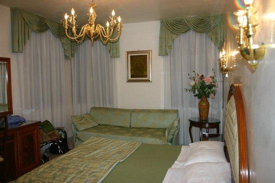 Hotel Antica Casa Carettoni: Lots of space...three windows!