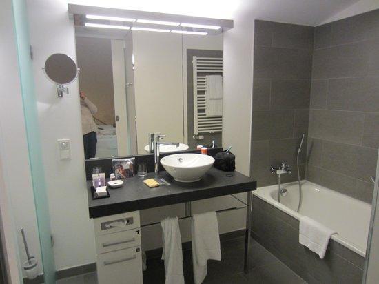 Innside by Melia Dresden: Clean, large, and elegant bathroom