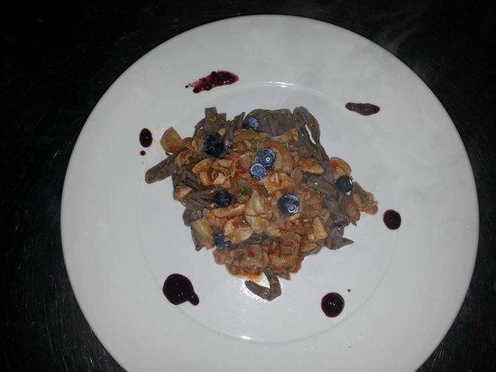 Totano Blu: tagliolini ai mirtilli la profumo di bosco con ragù di coniglio