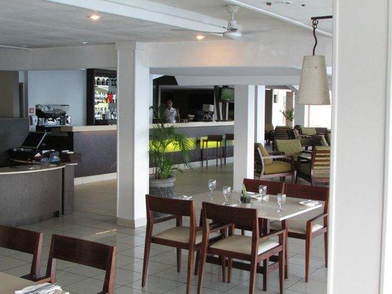 Novotel Suva Lami Bay : Open-air dining area.