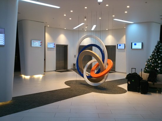 Hotel Novotel Moscow Sheremetyevo Airport: Lobby - This is where all the money was spent