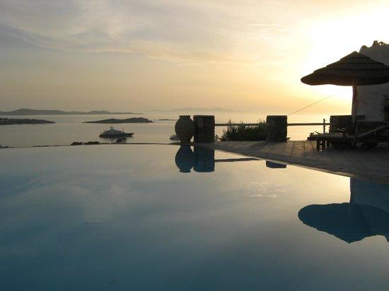 Vencia Hotel: Pool at Sunset