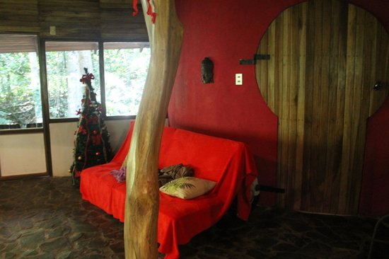 El Arbol: They decorated the place with a small Christmas tree next to the sofa.