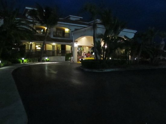 Courtyard Key West Waterfront: Night view of outside