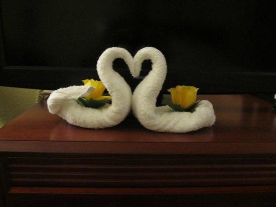 Courtyard Key West Waterfront: Fancy folded washcloths that look like swans