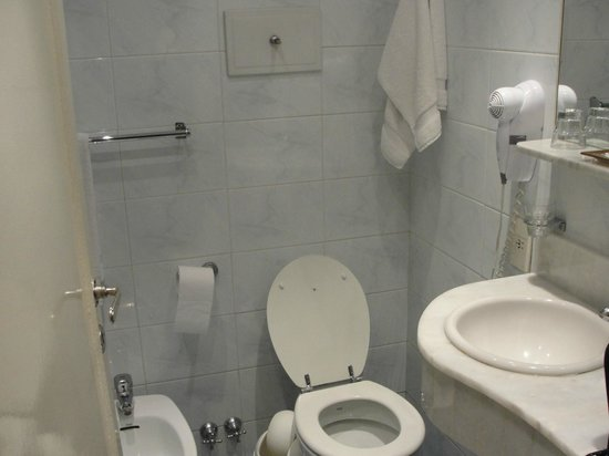 Lafayette Hotel: Banheiro com secador de cabelo