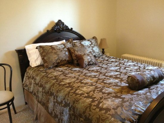 Sheriff Sartwell Mansion: deSmeth Quarters -Baroness Bedroom