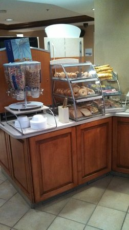 Holiday Inn Express Chapel Hill: Clean well stocked breakfast bar....