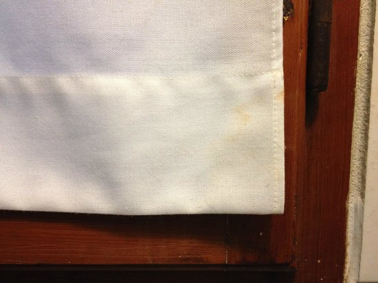 Hotel Giglio : Stain on curtain in en-suite bathroom