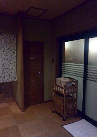 Washintei Hougetsu: 【大浴場】トイレ(中央)と風呂場への入口(右)