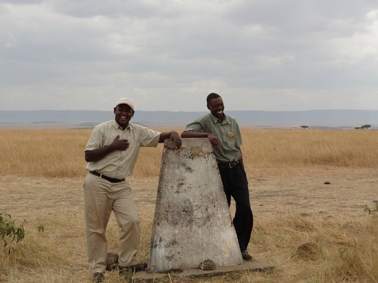 Serengeti Bushtops Camp : Our guide and spotter on the border