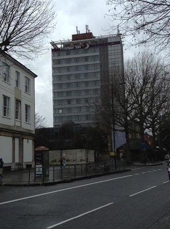 Premier Inn London Hammersmith Hotel: vista subito appena usciti dalla metro