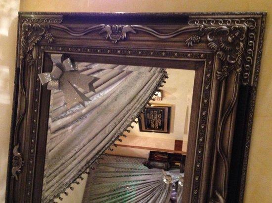 Restaurante Arrayanes: Imagen de una inscripción a través de un espejo