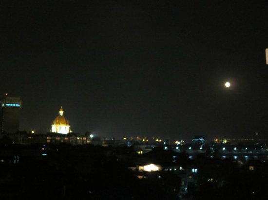 โรงแรมก็อดวิน: Night view from Rooftop - over to Taj Mahal Hotel