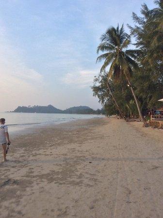 Santhiya Tree Koh Chang Resort: View north on beach